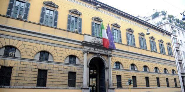 Muore a 22 anni lanciandosi dal terzo piano della Questura di Milano.