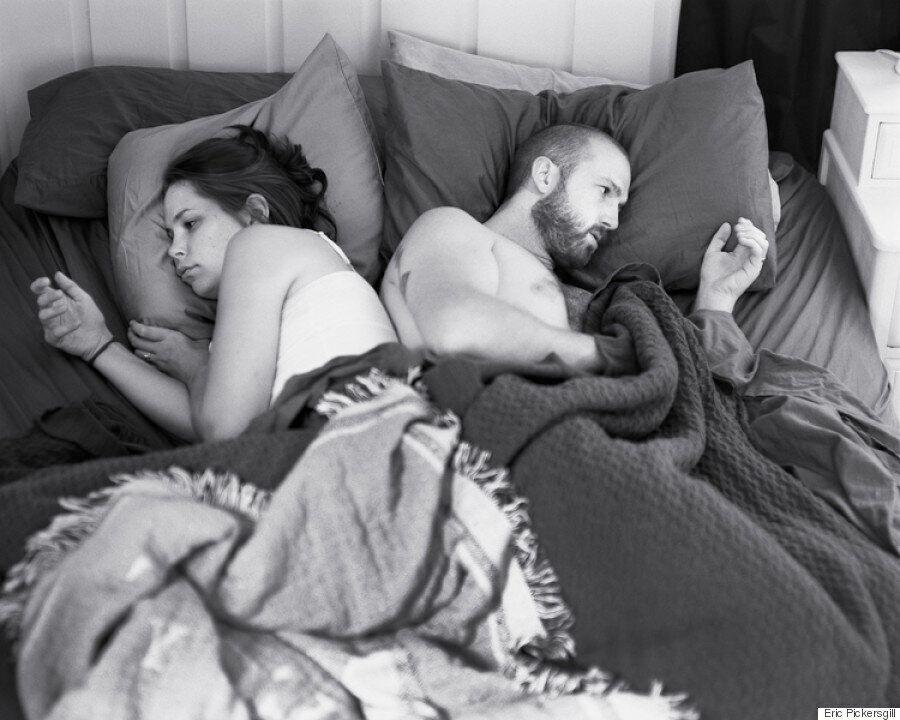 Il fotografo rimuove la tecnologia dalle foto e mostra quanto siamo pericolosamente dipendenti dai nostri