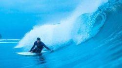 Daniel Riley ha perso due gambe eppure surfa: