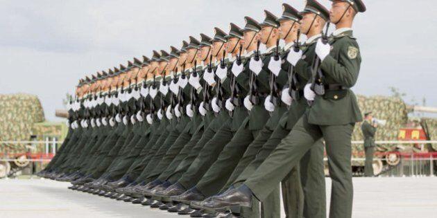 Cina, parata dei record per scacciare i guai. In mostra anche il missile carrier-killer, falchi e scimmie...
