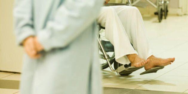 Vent'anni sulla sedia a rotelle per una radioterapia sbagliata, radiazione 30 volte più del dovuto e...