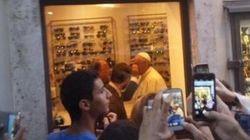 Il Papa va in un'ottica nel centro di Roma: