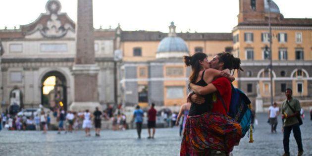 100 World Kisses, le foto di baci in ogni parte del mondo vi faranno capire che l'amore è ancora la lingua