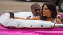 Povera Cuba! Kim Kardashian e Kanye West in Cadillac fucsia per le vie de