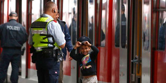 Il regalo di un poliziotto tedesco al bimbo siriano appena arrivato alla stazione di Monaco