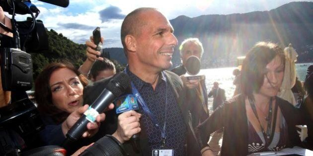 Yanis Varoufakis superstar a Cernobbio: calamita flash e telecamere, spara sul Parigi e