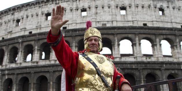 Il centurione romano del Colosseo perde il lavoro e lo