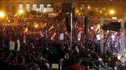 Gli xenofobi di Pegida sfilano a Dresda: scontri con gli antifascisti (FOTO,