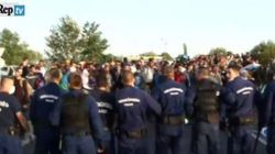 La polizia ungherese usa lo spray urticante contro i