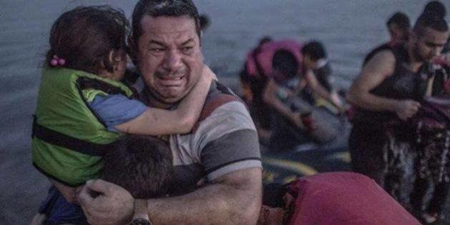 Profughi, la foto simbolo di Laith Majid: prima e dopo, dalle lacrime al sorriso per una nuova