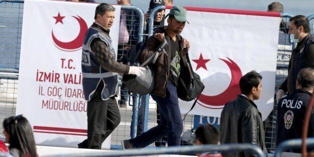Migranti, al via accordo Turchia-Ue su respingimenti. Partito da Lesbo il primo traghetto, proteste degli