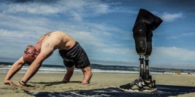 Dan Nevins, veterano di guerra senza gambe, diventa istruttore di yoga:
