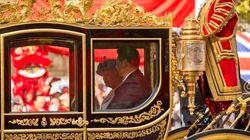 La Regina incorona Xi imperatore (al costo di 46 miliardi di