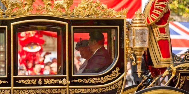 Cina, Xi Jinping in visita a Londra, accolto dalla Regina come un imperatore. A Buckingham Palace su...