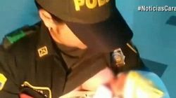 La poliziotta allatta una neonata abbandonata nella foresta e le salva la