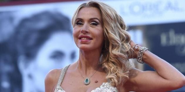 Valeria Marini e l'abito trasparente per il red carpet di Venezia 72