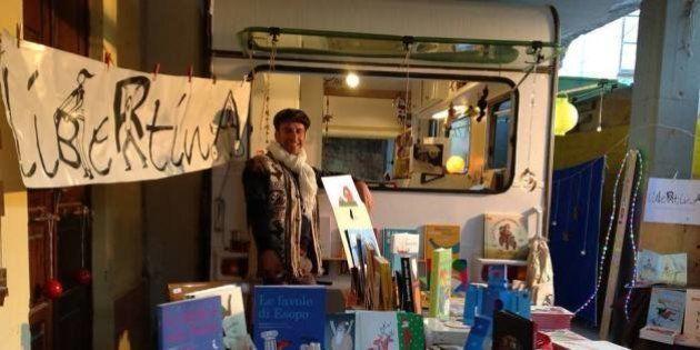 'Libertina', la libreria itinerante del siciliano Giovanni Lauritano porta i libri ai bambini con problemi...