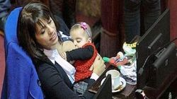 La deputata argentina allatta in aula.