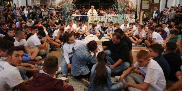 Genny Cesarano, i funerali. Le lacrime dei ragazzi seduti in terra. Strappato striscione