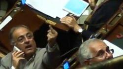Il deputato del Pd che mostra il dito medio ai 5