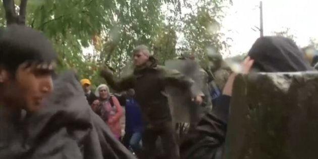 Macedonia, bastonate a donne e bambini profughi. Le sconvolgenti immagini della Channel 4