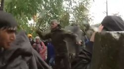 Bastonate a donne e bambini profughi