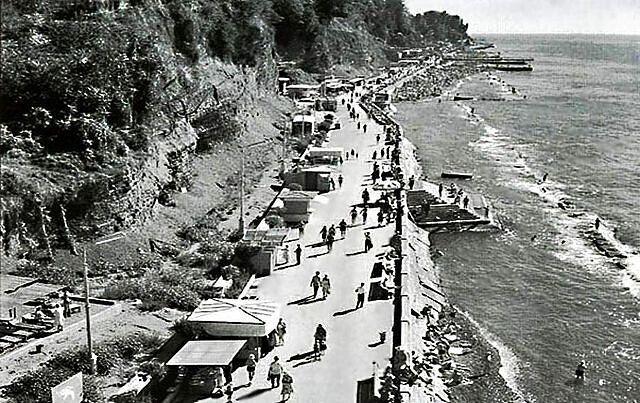 "(<a href=""http://commons.wikimedia.org/wiki/File:Waterfront_Sochi_old.jpg"" target=""_blank"">Wikimedia</a>)"