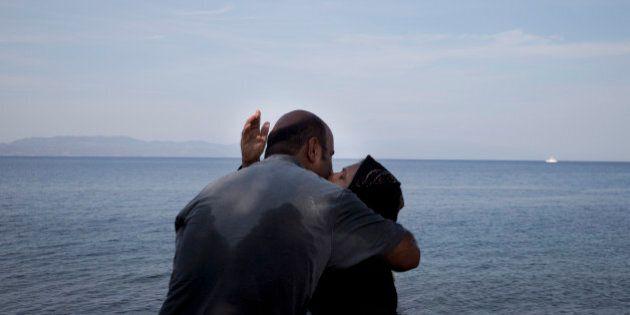 Il bacio dopo lo sbarco a Lesbo. Un'altra foto simbolo della tragedia dei migranti