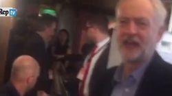 Corbyn il rosso festeggia cantando...
