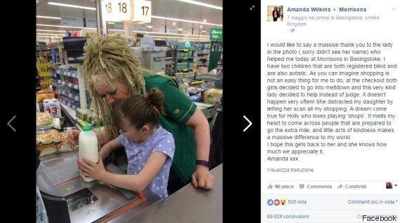 La cassiera del supermercato calma la bambina autistica: la mamma la ringrazia in un post virale su
