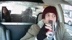 Il tassista beve e invia sms mentre guida: voi come avreste