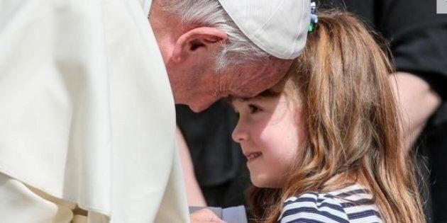 Papa Francesco benedice gli occhi di Lizzy, la bambina affetta dalla sindrome di Usher di tipo 2 che...