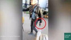 La polizia con le pistola in mano nel Polo della pace. La protesta degli