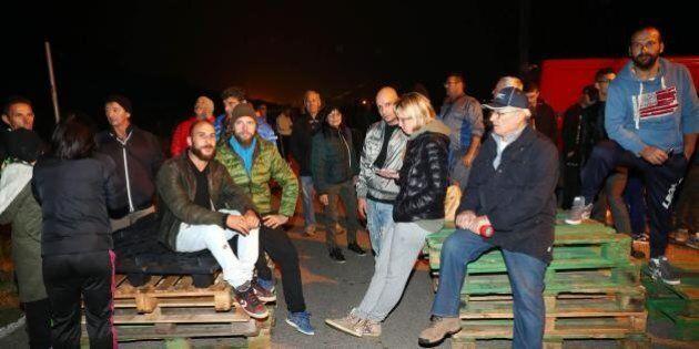 Gorino, barricate contro l'arrivo dei profughi: cacciato il bus con 12