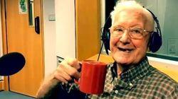 A 95 anni parla in radio della moglie lontana, e il presentatore gli fa una