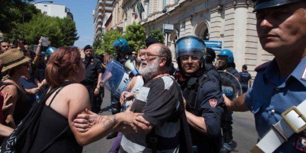 Matteo Renzi contestato a Taranto. Il premier: