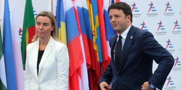 Lo scontro con l'Ue di Matteo Renzi arriva fino a Federica Mogherini. Per il premier non difende interessi
