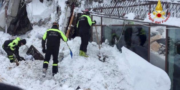 Hotel Rigopiano: sei persone estratte vive dai soccorritori. Un vigile del fuoco: