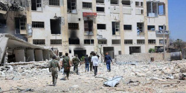Siria, decine di famiglie scappano da Aleppo sfruttando i corridoi umanitari. 300mila civili intrappolati...