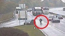 Litiga con un camionista in autostrada ma si dimentica il freno a mano: inseguimento a piedi (con