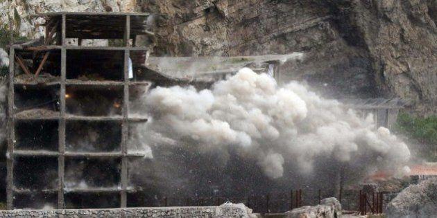 La Sicilia pensa a un nuovo condono edilizio, ma il ministro dell'Ambiente Gian Luca Galletti boccia...