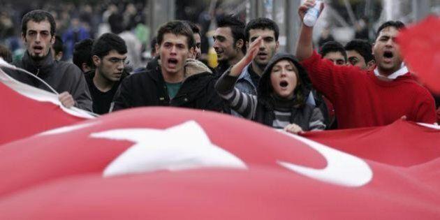 Turchia, a Colonia scendono in piazza i sostenitori di Erdogan. L'accusa di Ankara: