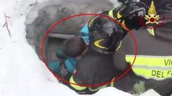 I Vigili del Fuoco estraggono mamma e bambino: il video del salvataggio di questi