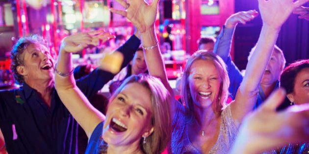 Danimarca, divieto di entrare nella discoteca per i migranti che non parlano danese o inglese. Così soffia...