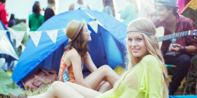 Molti amici a 20 anni, pochi ma buoni a 30. Ecco il segreto di una vita felice secondo lo studio dell'Università...