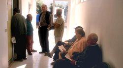 Maxi rissa tra vecchietti per i ticket della fila: sberle e bastonate all'ambulatorio di