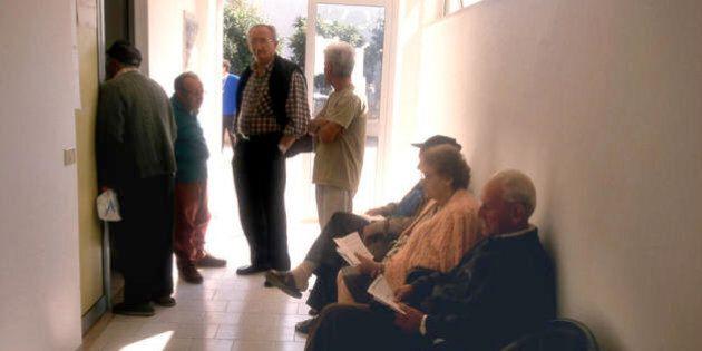 Maxi rissa tra vecchietti per i ticket della fila: sberle e bastonate al poliambulatorio di