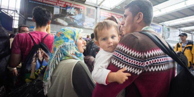 La piccola Angela Merkel, figlia di profughi siriani, simbolo della sottomissione al sistema