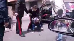 I carabinieri arrestano un uomo, la folla li aggredisce facendolo
