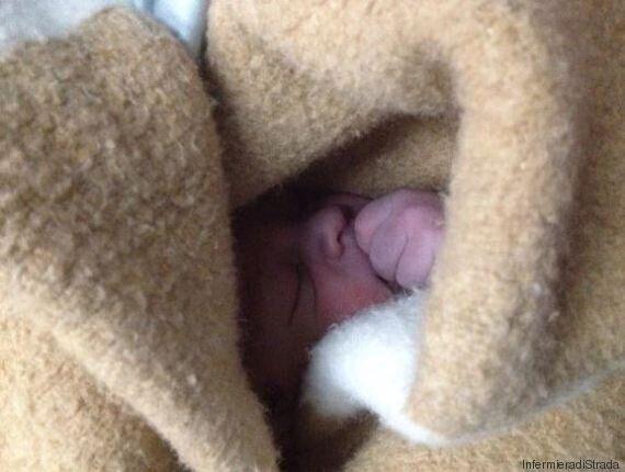 Questo bimbo è nato in mezzo al fango a Roma, l'infermiera scatta la foto: